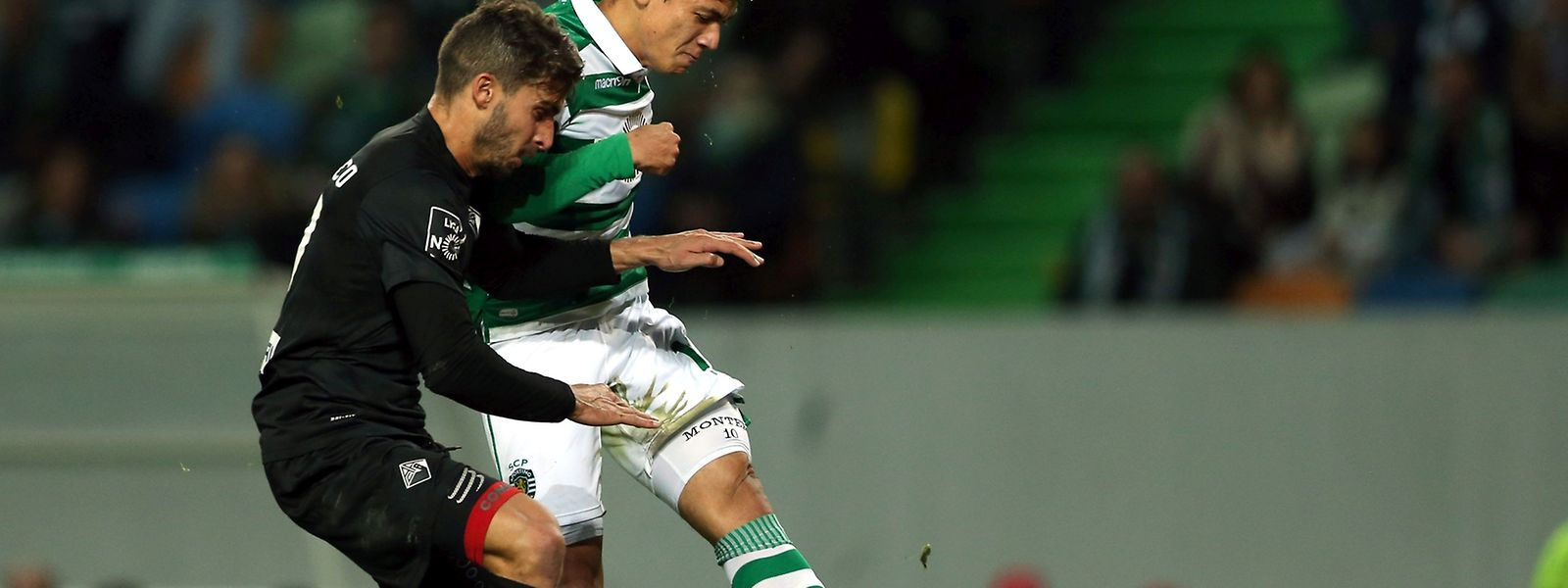 Sporting Lisbon player Fredi Montero (R) fights for the ball with Hugo Seco of Academica as he scores his team third goal during their Portuguese first league soccer match held at Alvalade Stadium, Lisbon, Portugal, 30th january 2016,.     MANUEL DE ALMEIDA/LUSA