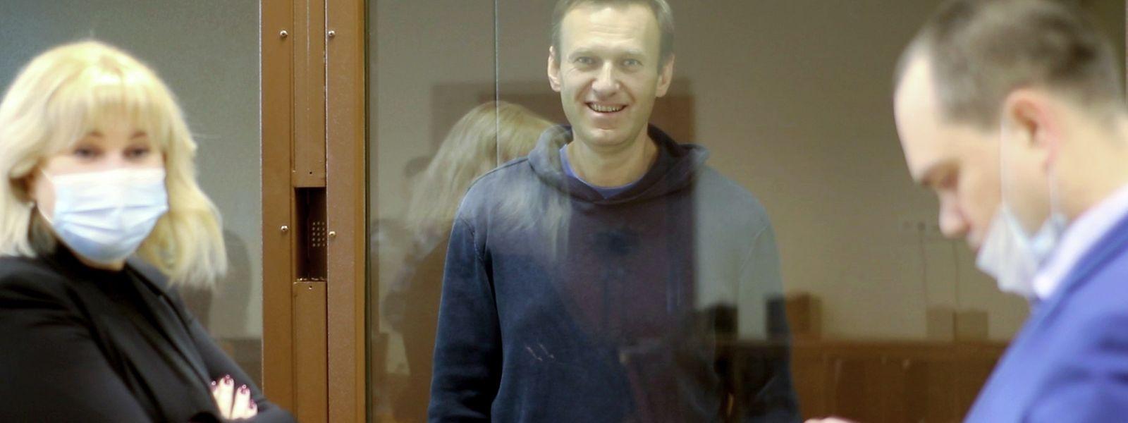 Der russische Oppositionsaktivist Alexej Nawalny (M) muss wegen Beleidigung eine hohe Geldstrafe bezahlen.