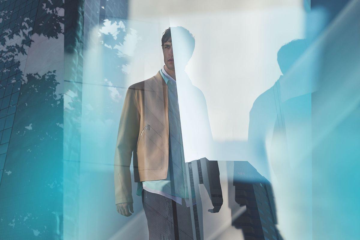 Pour cette nouvelle signature de la parfumerie Hermès, Christine Nagel a voulu ouvrir des voies moins prévisibles incluant une nature urbaine et s'éloignant d'un boisé conventionnel.