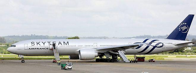 O voo AF 463, com 459 personnes a bordo, foi obrigado a aterrar de emergência depois de ser descoberto um pacote suspeito na casa-de-banho
