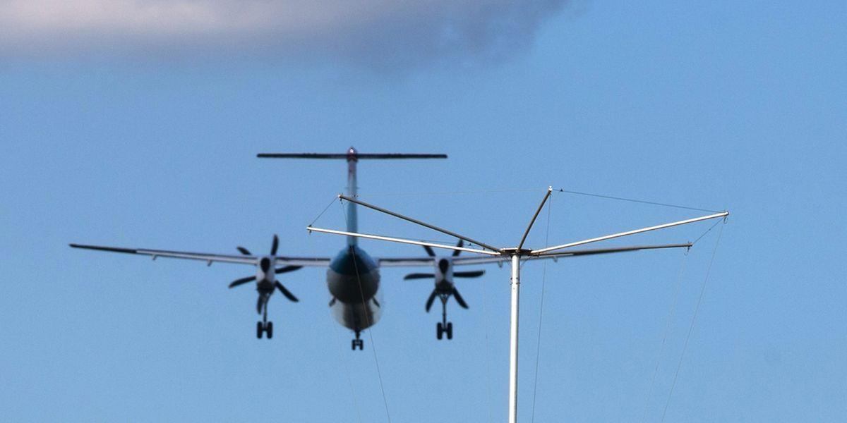 Eine Bombardier Q400 der Luxair im Endanflug auf den Flughafen Findel.