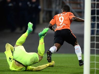 Lorient's Ghanaian forward Abdul Waris (R) scores a goal during the French L1 football match between Lorient and Metz on April 22, 2017 at the Moustoir stadium of Lorien t, western France. / AFP PHOTO / JEAN-SEBASTIEN EVRARD