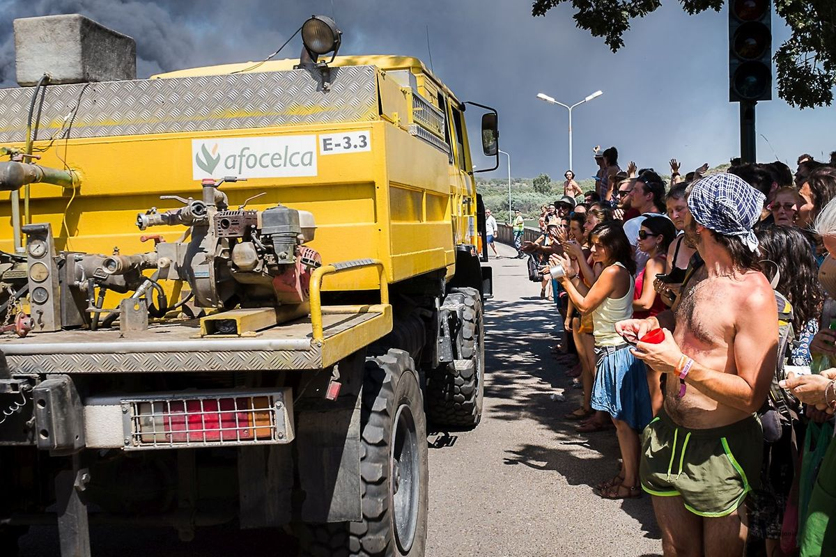 O público do festival Andanças aplaudindo o esforço dos bombeiros no combate ao incêndio que devastou mais de 400 carros juntos ao evento no verão de 2016.