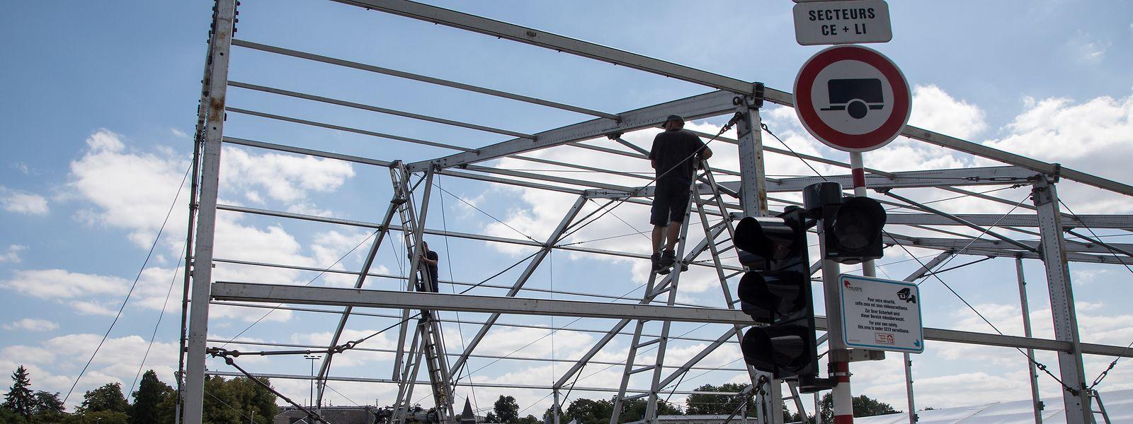 Die ersten Schausteller sind angekommen und bauen ihren Betrieb auf.
