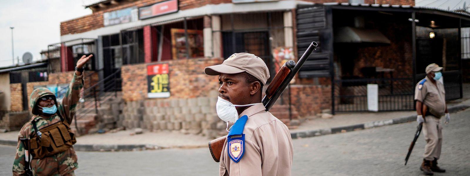 Das Militär unterstützt die Polizei bei der Einhaltung der Ausgangssperre. Dabei kam es schon mehrmals zu tödlichen Zwischenfällen.