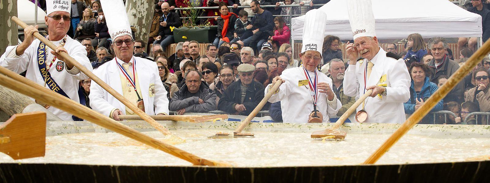 Le monument culinaire contient environ 10.000 oeufs.