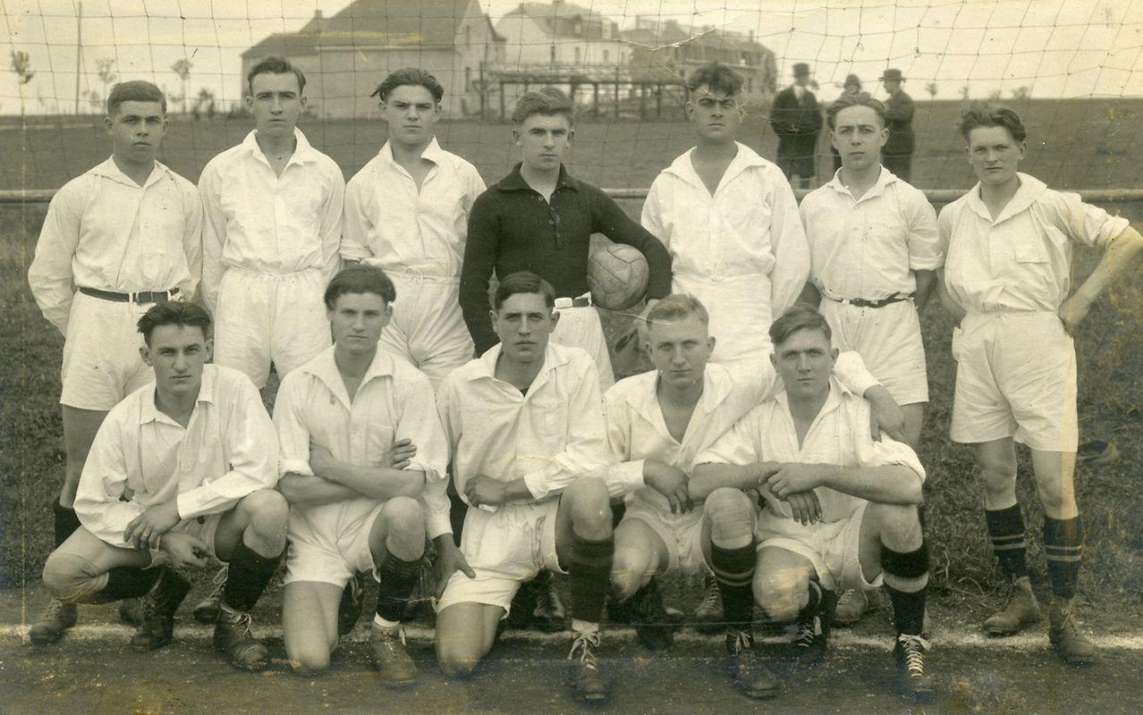 Die Mannschaft der Aris aus Bonneweg im Jahr 1925 in ihren schlichten, schicken weißen Trikots - auch wenn man heute wohl eher von Hemden sprechen würde.