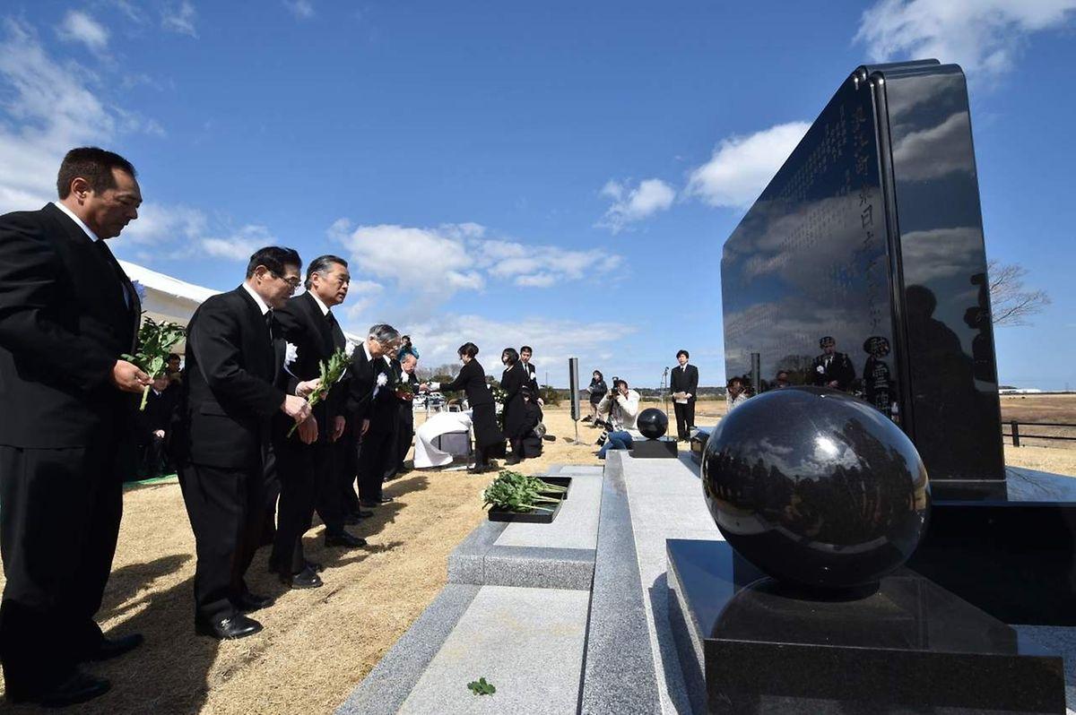 Des fleurs ont été déposées devant le monument érigé en mémoire des 18.500 victimes du tremblement de terre de magnitude 9, survenu en 2011.