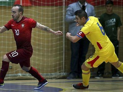 Ricardinho (vermelho) foi a figura do jogo com um 'hat-trick'