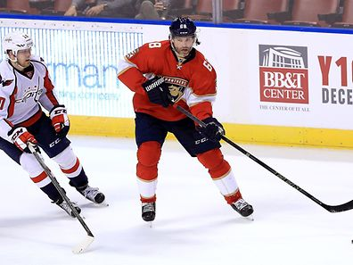 SUNRISE, FL - OCTOBER 20: Jaromir Jagr #68 of the Florida Panthers and Lars Eller #20 of the Washington Capitals fight for the puck during a game at BB&T Center on October 20, 2016 in Sunrise, Florida.   Mike Ehrmann/Getty Images/AFP == FOR NEWSPAPERS, INTERNET, TELCOS & TELEVISION USE ONLY ==