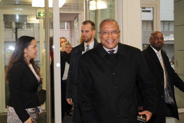 A chegada do chefe de Governo cabo-verdiano ao Centre Sociétaire, na rue de Strasbourg, na capital, no domingo à tarde.