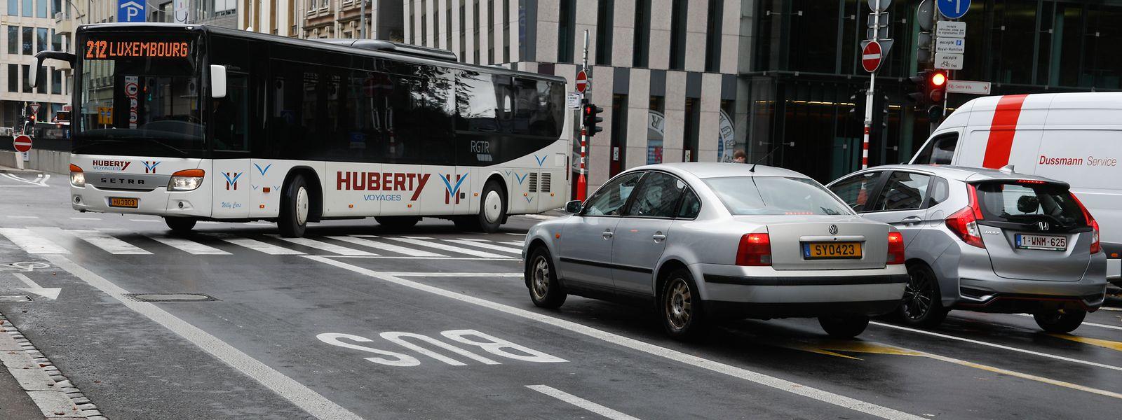 Mithilfe der Busfahrbahn sollen die sperrigen Fahrzeuge besser durch den Verkehr gelangen können.