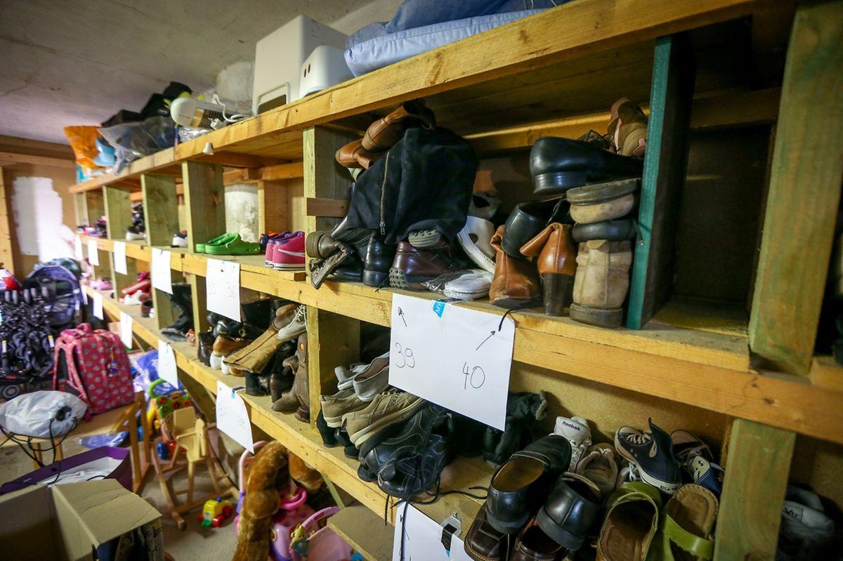 Die gespendeten Schuhe wurden der Größe nach sortiert.