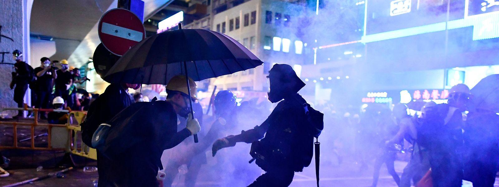 Am späten Abend kam es am Sonntag zu heftigen Zusammenstößen. Demonstranten hatten Barrikaden gebaut, die Polizei reagierte mit Tränengas und Gummigeschossen.