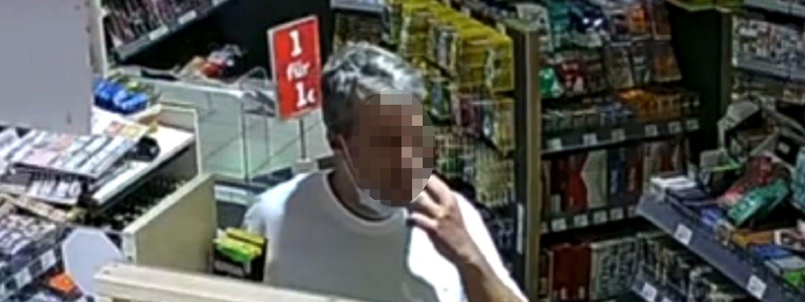 Das Foto zeigt den Täter um 21.20 Uhr in der Tankstelle in Idar-Oberstein.