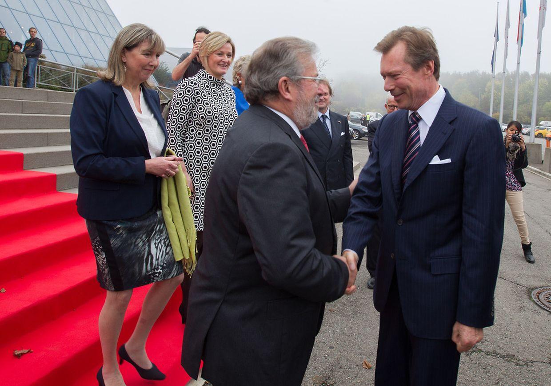 Großherzog Henri wird vor den Luxexpo-Hallen von Parlamentspräsident Mars di Bartolomeo empfangen.