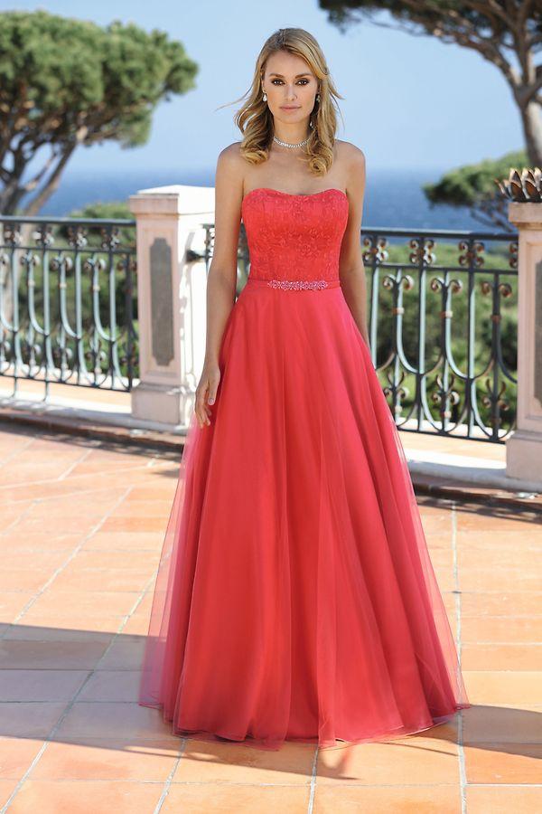 Rote Kleider sind noch einNischentrend. Aber viele Hersteller machen mit, zum Beispiel Ladybird.