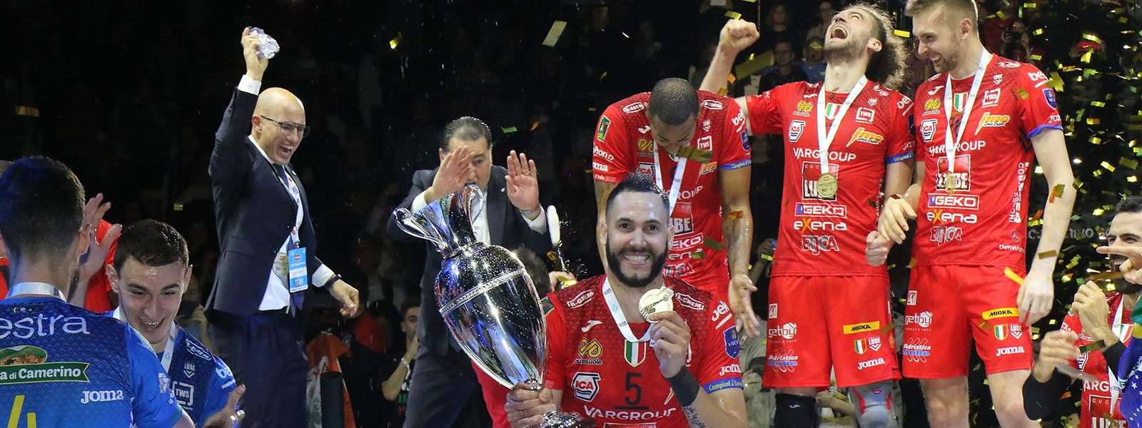 Kamil Rychlicki (im Hintergrund) und seine Teamkollegen können den sechsten Pokalerfolg des Vereins bejubeln.