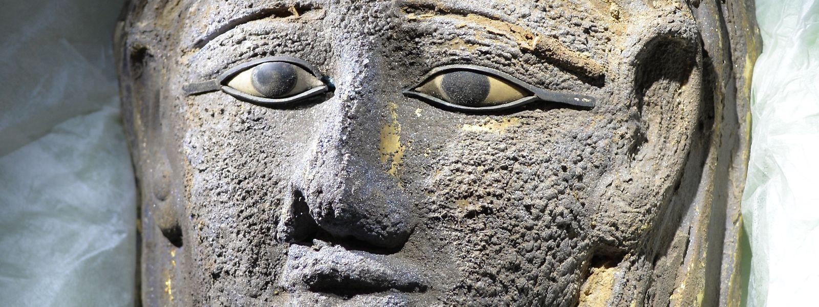 Eine vergoldete Mumienmaske aus saitisch-persischer Zeit (664-404 v.Chr). Die Maske wurde in einer ausgedehnten Grabanlage gefunden, die seit 2016 von Ägyptologen der Universiät Tübingen (Baden-Württemberg) untersucht wird.