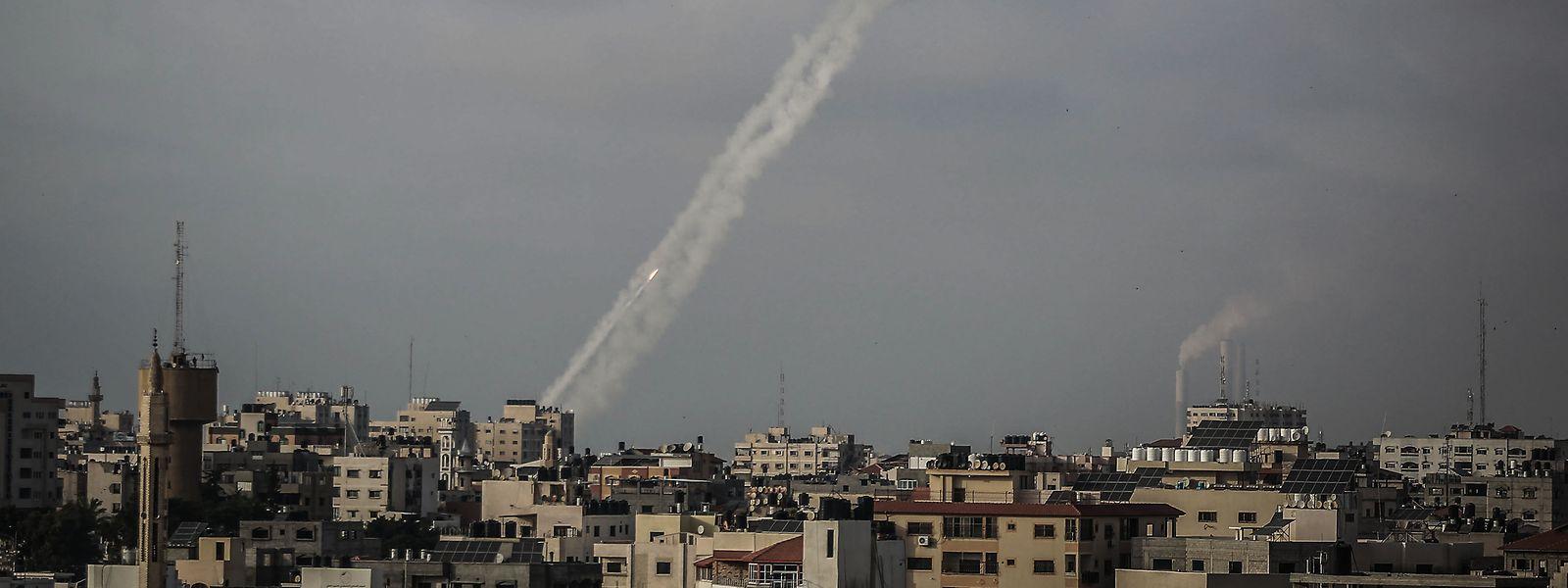 Palästinensische Autonomiegebiete, Gaza-Stadt: Zwei Raketen werden von der islamistischen Hamas aus Gaza-Stadt in Richtung Israel abgefeuert.