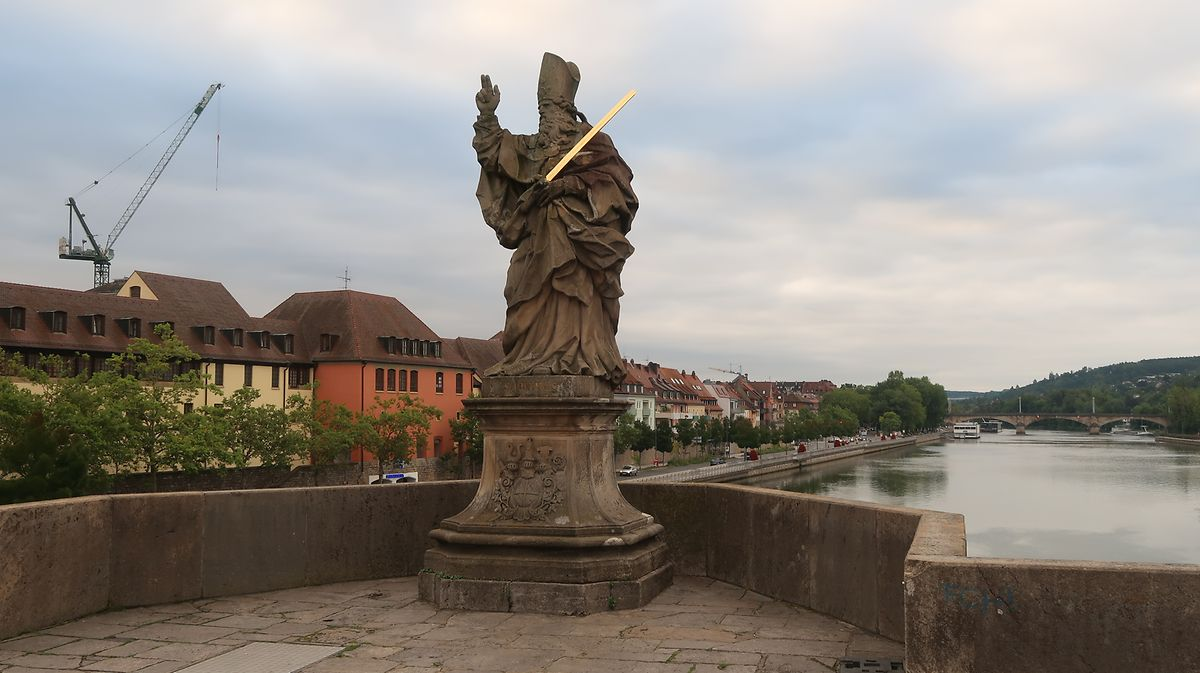 Statue des Heiligen Kilian auf der alten Mainbrücke.