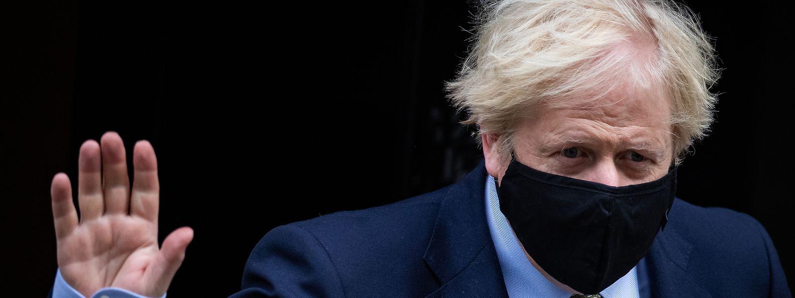 Boris Johnson verlässt am Mittwoch die 10 Downing Street auf dem Weg zur wöchentlichen «Prime Minister's Questions» im britischen Unterhaus.