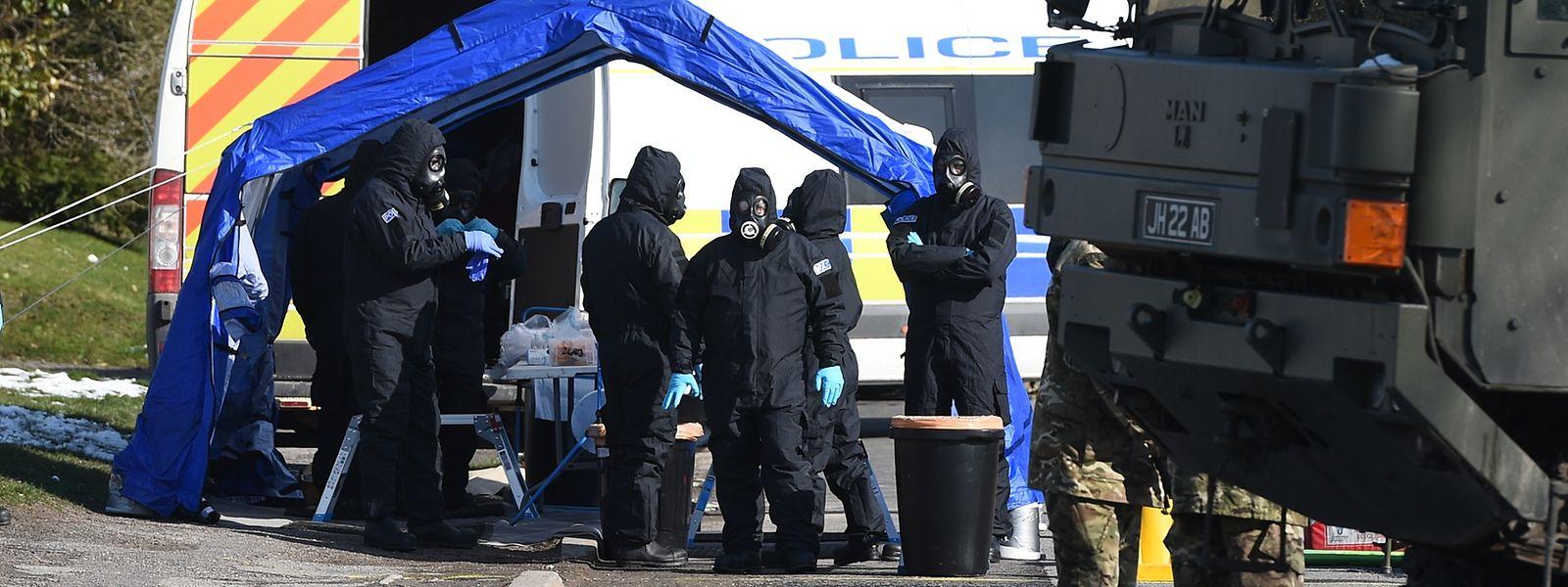 19. März: Polizisten und Soldaten durchsuchen das Umfeld von Ex-Doppelagent Skripal.