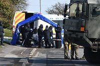 19.03.2018, Großbritannien, Salisbury: Polizisten und Soldaten ziehen Schutzanzüge an, um weitere Untersuchungen im Fall eines Giftanschlags auf den Ex-Doppelagenten Skripal und seine Tochter Yulia vorzunehmen. Foto: Ben Birchall/PA Wire/dpa +++ dpa-Bildfunk +++