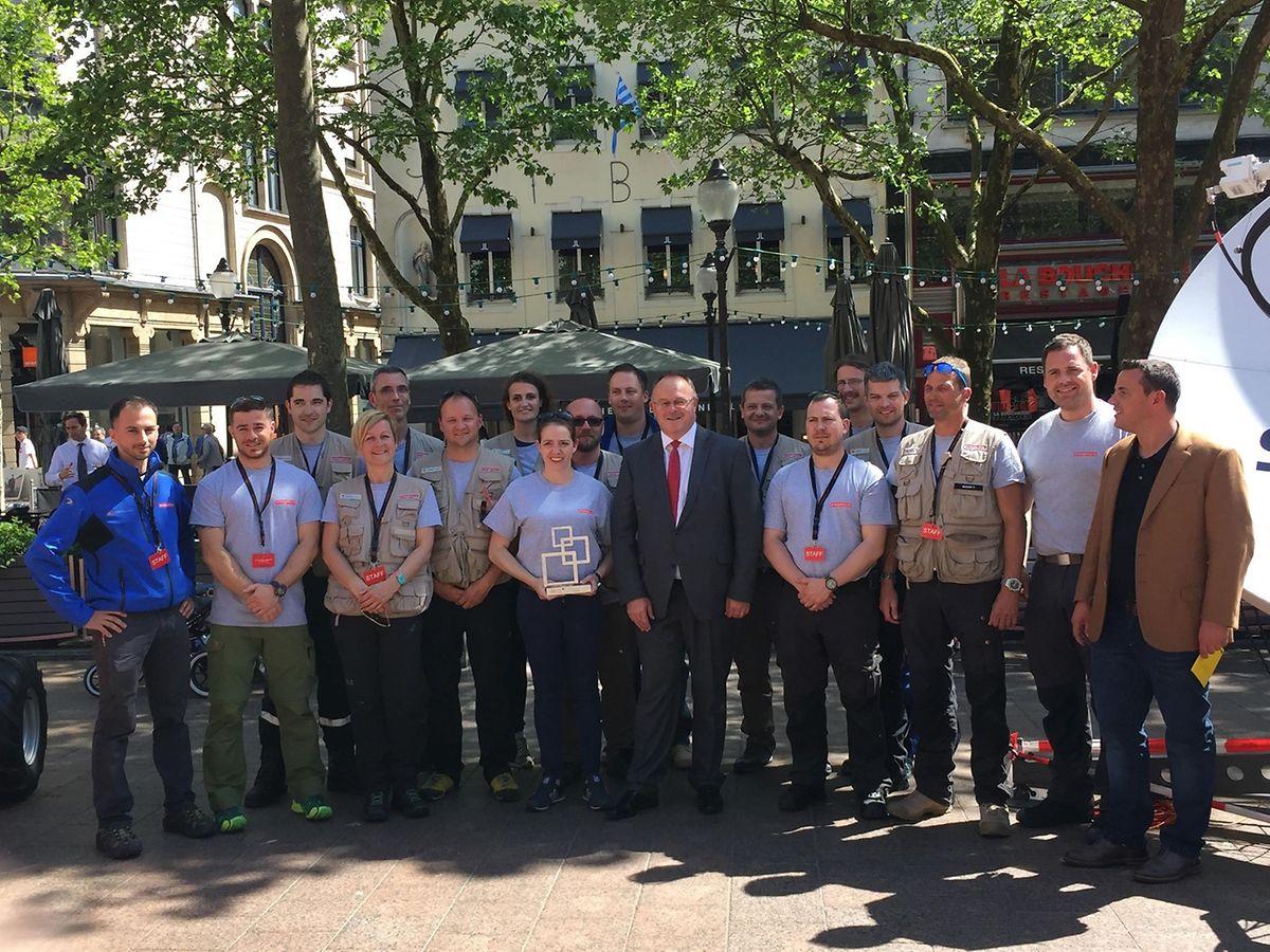 Le ministre de la Coopération et de l'Action Humanitaire, Romain Schneider, s'est rendu place d'Armes pour visiter les bénévoles de la plateforme emergency.lu.
