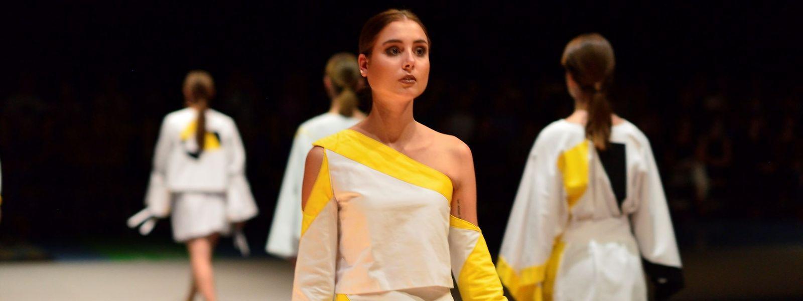 Die große Premiere: Eindruck einer Modenschau – im Zentrum steht das erste Outfit, das Natascha Zimmer während des Studiums entworfen hat.