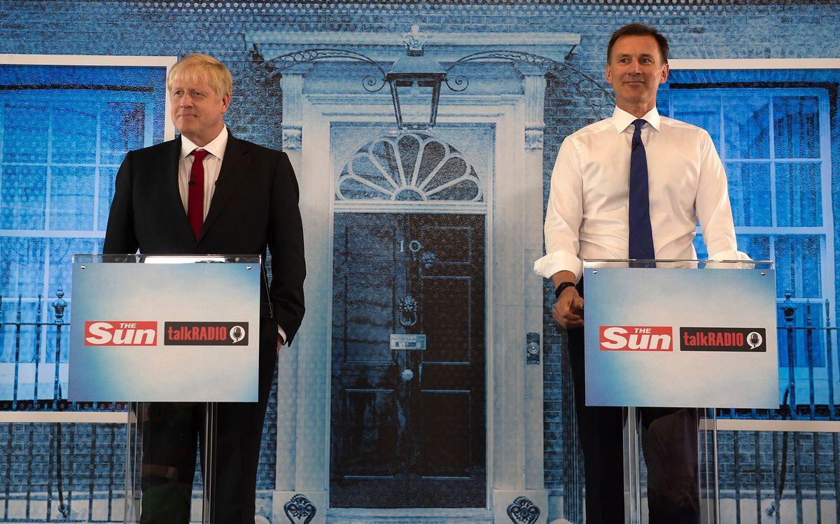 Die Kandidaten um das Rennen des Parteichefs der Konservativen Partei, Boris Johnson (l), ehemaliger Außenminister von Großbritannien, und Jeremy Hunt, Außenminister von Großbritannien, stehen zusammen während einer Debatte.