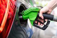 """ARCHIV - 06.09.2020, Bayern, München: Eine Frau hält an einer Tankstelle an einer Zapfsäule eine Zapfpistole in der Hand und betankt ein Auto. Nach ausgesprochen niedrigen Spritpreisen wird tanken 2021 voraussichtlich teurer. (zu dpa """"Spritpreise 2021: Der erste Preissprung steht schon fest"""") Foto: Sven Hoppe/dpa +++ dpa-Bildfunk +++"""
