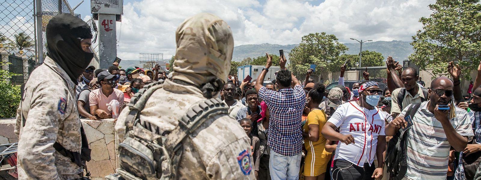 Einwohner Haitis versammeln sich vor der US-Botschaft und bitten um Asyl. Der Präsidentenmord hat in Haiti erneut zu Unruhen geführt.