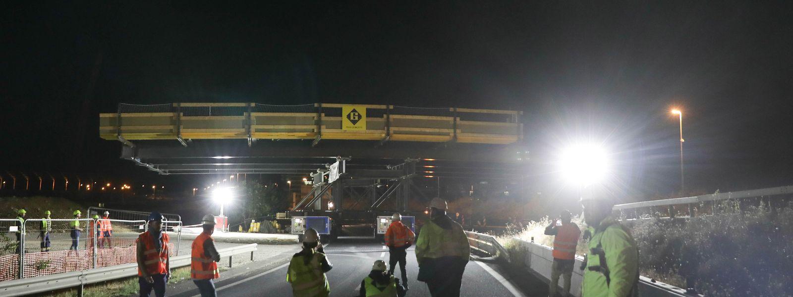 Mit schwerem Gerät wird die neue Brücke eingesetzt.
