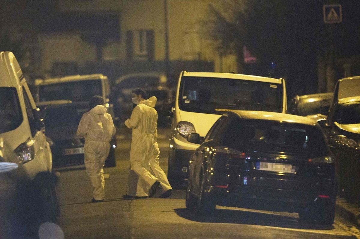 Forensiker untersuchten die Wohnung in Argenteuil.