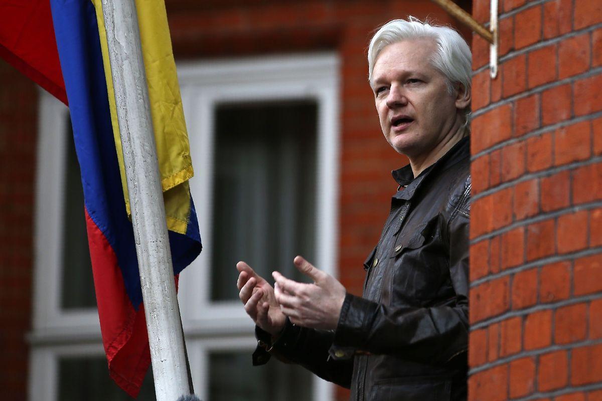 Assange spricht im Mai 2017 vom Balkon der ecuadorianischen Botschaft zu Journalisten.