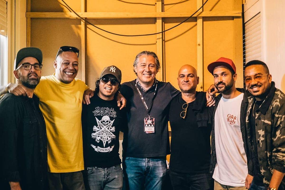 Os DaWeasel com Álvaro Covões, promotor do NOS Alive (ao centro).