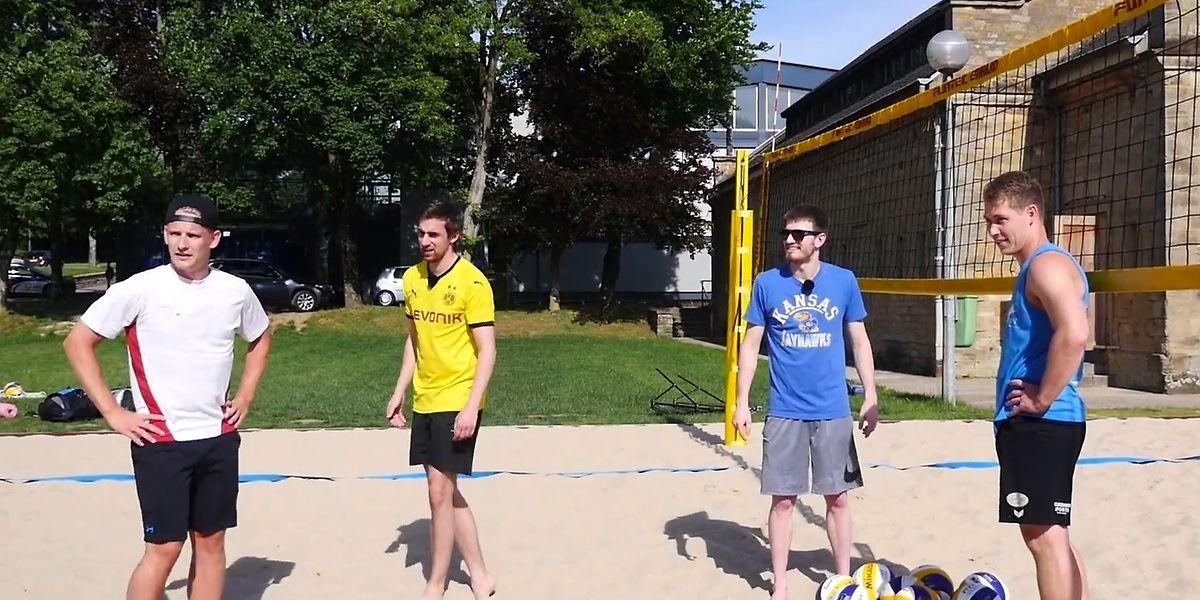 Die FLVB-Nationalspieler Loïc Peters (l.) und Tom Meres (r.) mussten den Duellanten zur Seite stehen.