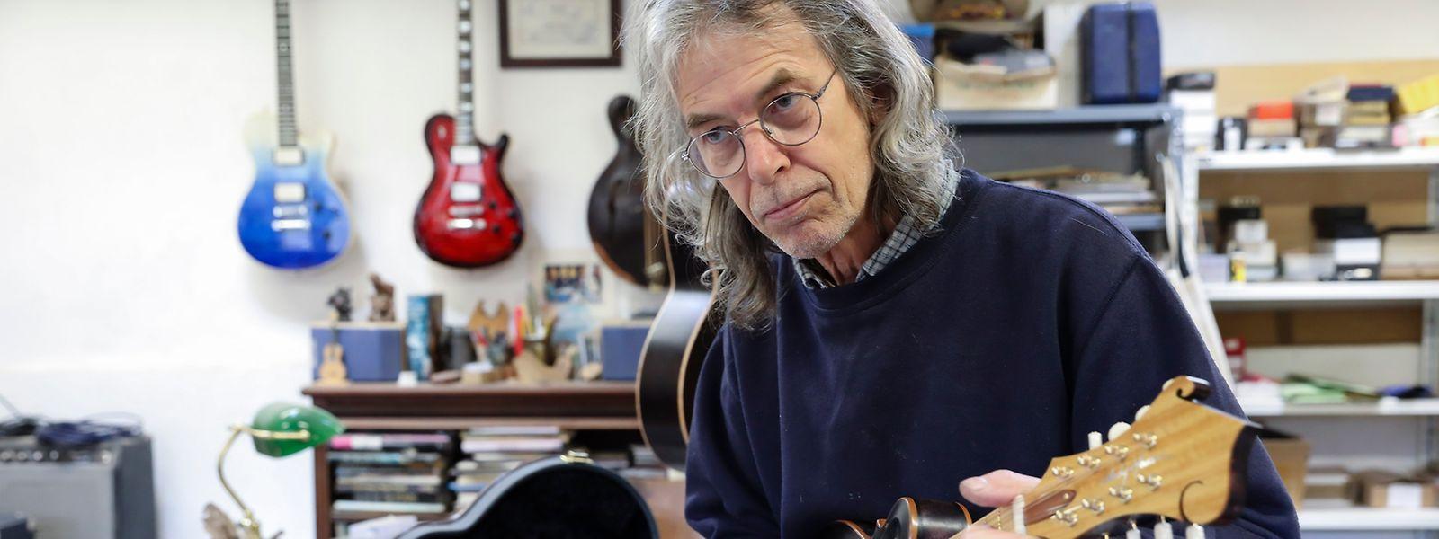 O inglês Andy Manson que vive em Mortágua há seis anos e que construiu guitarras para os Led Zeppelin, Queens of The Stone Age, Jethro Tull, trocou Inglaterra por Portugal e agora fabrica guitarras numa pequena aldeia de Mortágua
