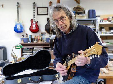 O inglês Andy Manson que vive em Mortágua há seis anos e que construiu guitarras para os Led Zeppelin, Queens of The Stone Age, Jethro Tull, trocou Inglaterra por Portugal e agora fabrica guitarras numa pequena aldeia de Mortágua, 4 de abril de 2017. (ACOMPANHA TEXTO DE 23 DE ABRIL DE 2017) PAULO NOVAIS/LUSA