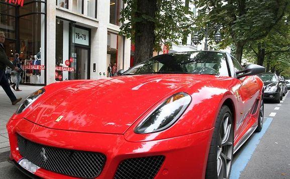 Ein Ferrari-Sportwagen auf der Königsallee in Düsseldorf. Die Fiat-Tochter ist wirtschaftlich auf Erfolgskurs.