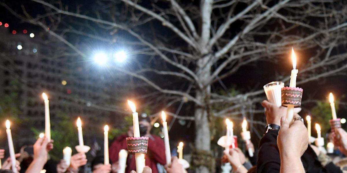 In Las Vegas gedenken Menschen der Opfer des Verbrechens in Florida.