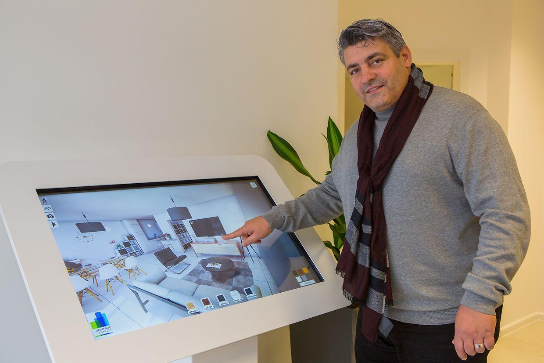 Adamo Martins (sócio-gerente) junto ao ecrã interactivo táctil que apresenta os imóveis em 3D