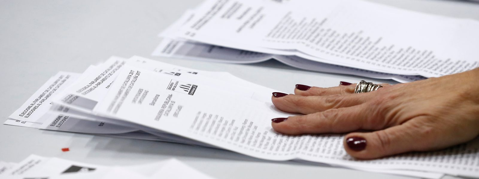 Die Neuwahl fand knapp zwei Monate nach der Absetzung der Separatisten-Regierung durch die Zentralregierung in Madrid statt. Dabei zeichnete sich eine Rekordbeteiligung ab.