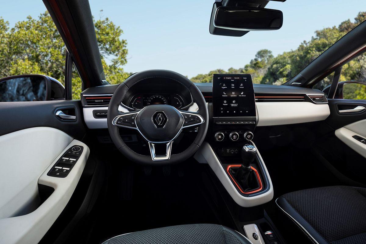 Im fahrerorientierten Cockpit zieht der hochstehende Touchscreen die Blicke auf sich.