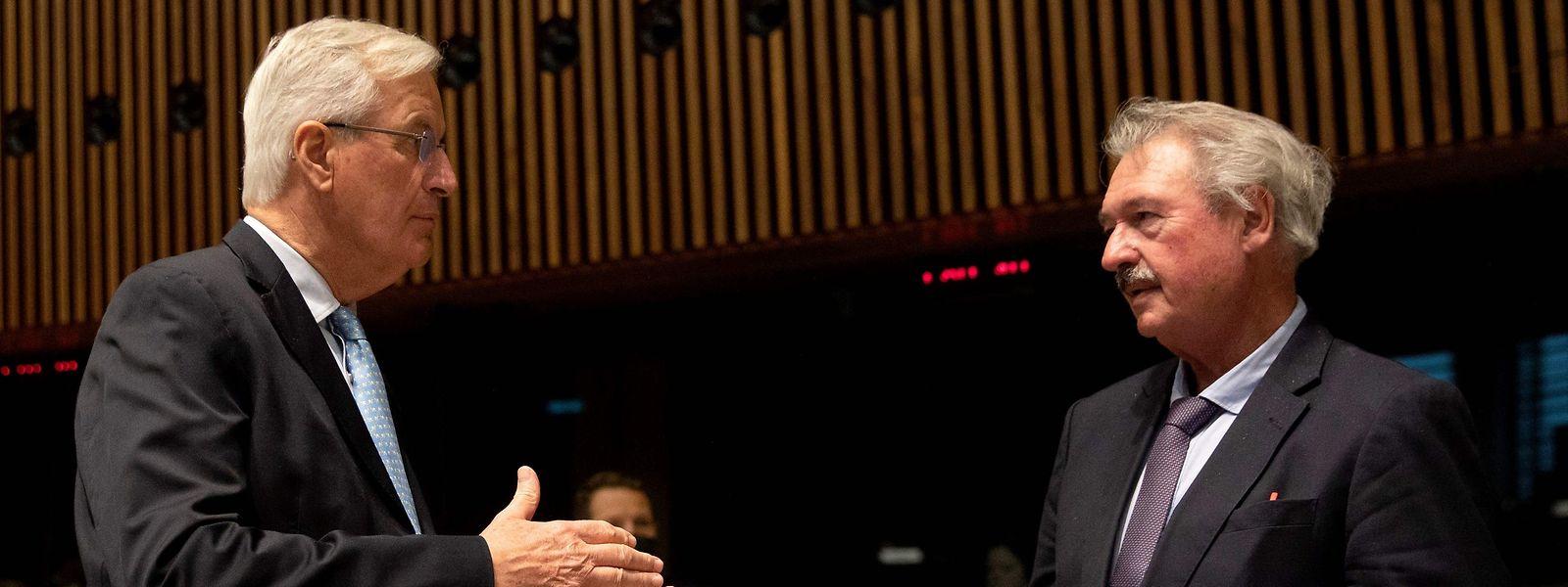 Michel Barnier (en discussion avec Jean Asselborn, à dr.) a souligné qu'en dépit de discussions plus «constructives» qu'auparavant avec Londres, les points de blocage persistaient sur la pêche, les garanties réclamées aux Britanniques en matière de concurrence et la manière de régler les différends dans le futur accord.