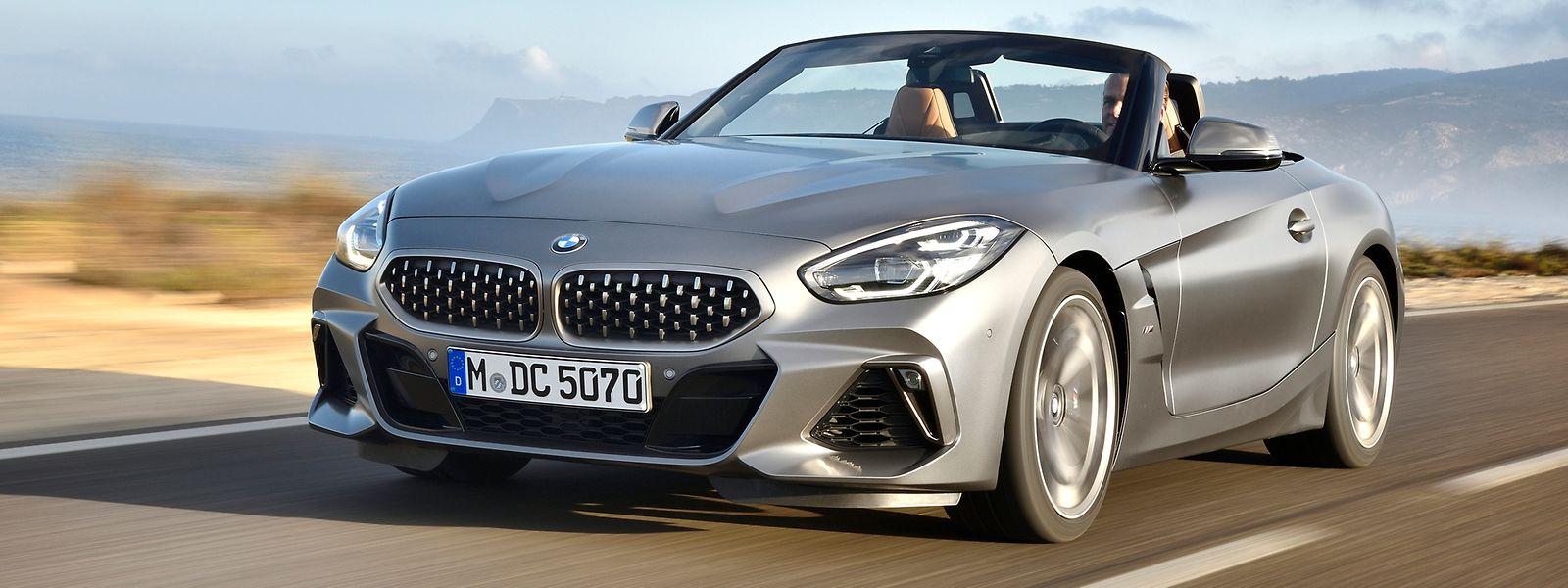 Der neue BMW Z4 wirkt sowohl mit offenem als auch mit geschlossenem Verdeck flach, sportlich und kompakt.