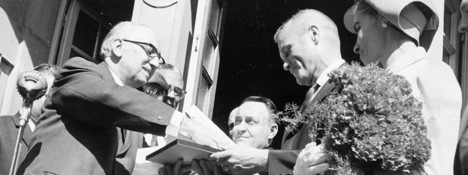 Léon Mischo (l.), der damalige Bürgermeister von Ettelbrück, heißt John Glenn (r.) willkommen.