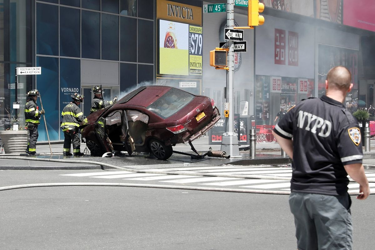 A vehicle that struck pedestrians in Times Square and later crashed is seen on the sidewalk in New York City, U.S., May 18, 2017. REUTERS/Mike Segar     TPX IMAGES OF THE DAY