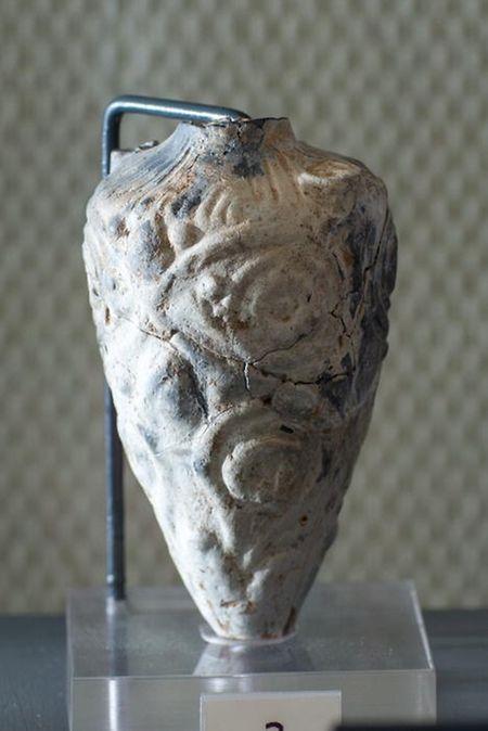 Grabbeigabe: Der Parfümflasche fehlt der obere Abschluss. Sie zeigt, dass es das Grab einer Frau war.